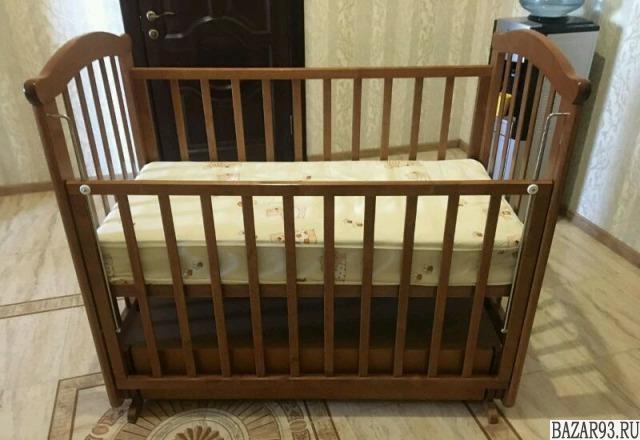 Детская кроватка и пелинальный стол